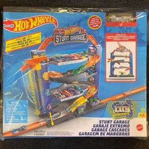 Hot Wheels Stunt Garage Track Toy